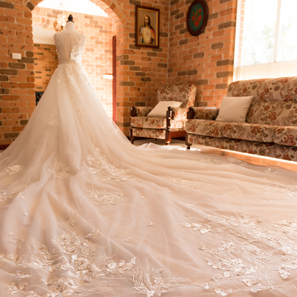 Long train tie back wedding gowns bridal dresses white Ivory